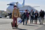 Пассажиры в защитных масках в аэропрту