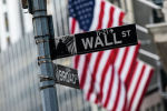 Информационный указатель на Уолл-стрит в Нью-Йорке. Архивное фото