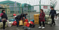 Торговцы упаковывают свои товары за пределами специальной торговой зоны вдоль границы Казахстана с Китаем возле Хоргоса