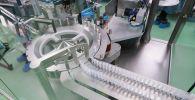 Лекарственные препараты на конвейере в производственном корпусе. Архивное фото