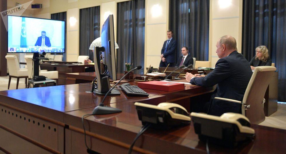 Президент РФ Владимир Путин во время участия в саммите лидеров Большой двадцатки по коронавирусу в режиме видеоконференции.