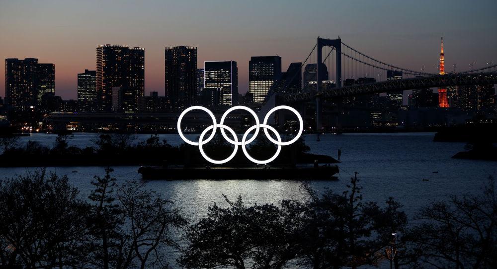 Олимпийские кольца на набережной в Морском парке Одайба в Токио