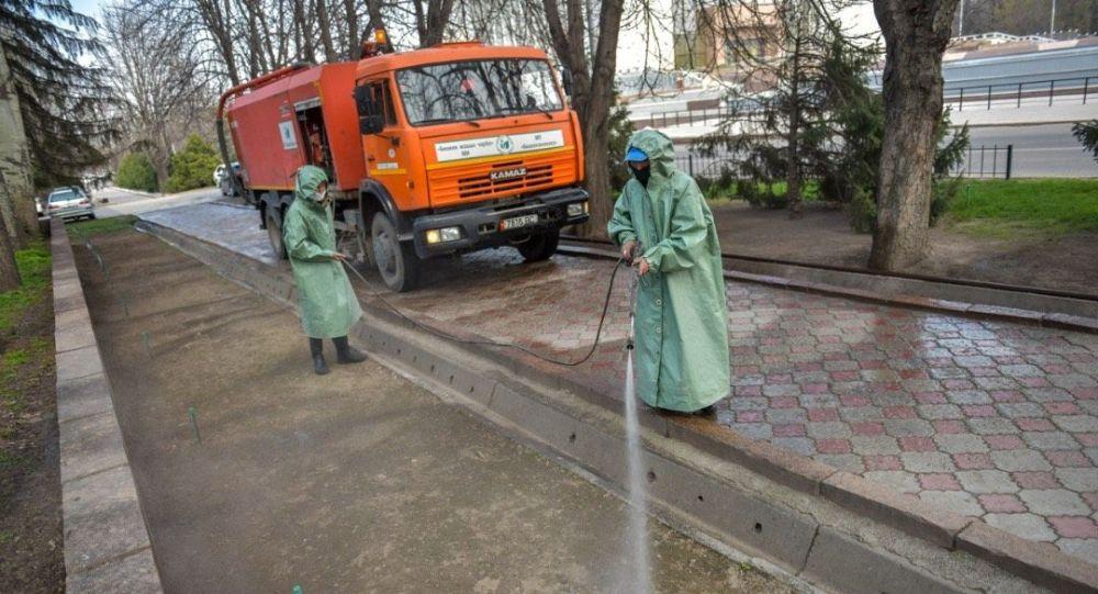 Бишкекте көчөлөрдү дезинфекциялап жаткан муниципалдык кызматкерлер. Архив