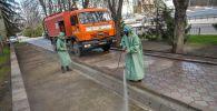 Сотрудники муниципальных служб вовремя дезинфекции Бишкекских улиц. Архивное фото