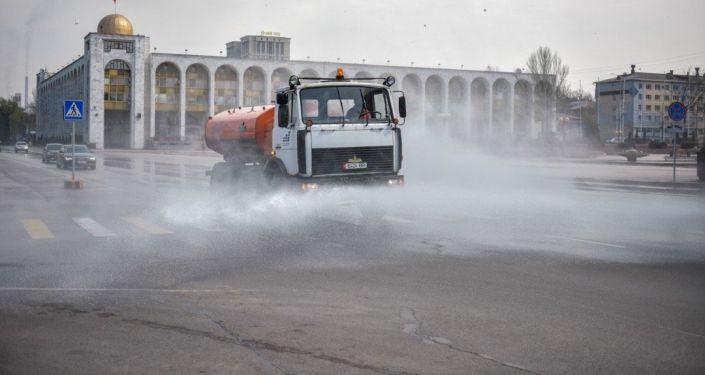 Сотрудники муниципальных служб вовремя дезинфекции Бишкекских улиц
