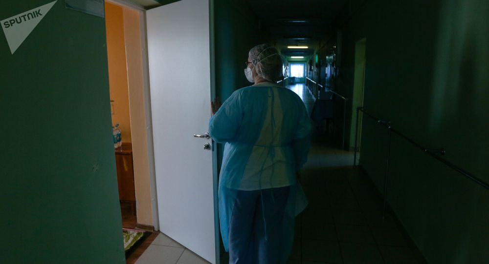 Медсестра у палаты в больнице. Архивное фото