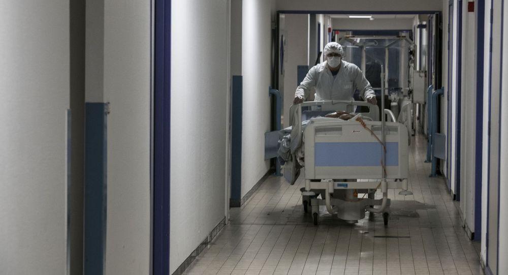 Медик толкает кровать пациента COVID-19. Архивное фото