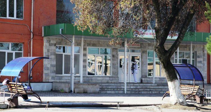 Медсотрудник у входа в Ошскую городскую клиническую больницу во время ЧП
