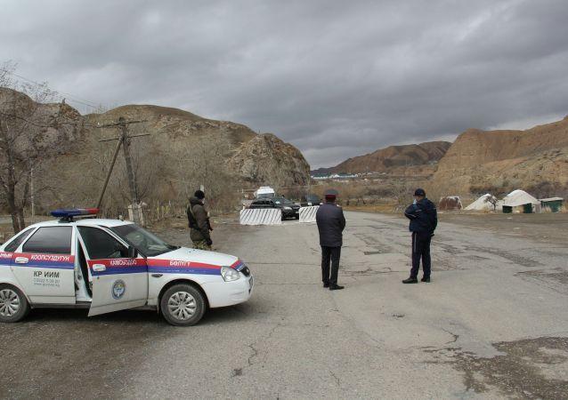 Сотрудники милиции на блок-посту в Нарыне из-за коронавируса
