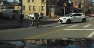В США мужчину на пешеходном переходе сбил выскочивший из-за поворота велосипедист, который сразу покинул место происшествия.