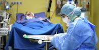 Врач заполняет данные пациента зараженного коронавирусом COVID-19 в больнице Сан-Раффаэле в Милане, Италия. 27 марта 2020 года