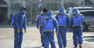 Көчөлөрдү дезинфекциялап жаткан кызмакерлер. Алмата, Казахстан