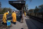 Сотрудники муниципальных служб дезинфицируют остановку общественного транспорта в Бишкеке. Архивное фото