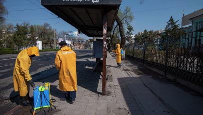 Бишкек муниципалдык кызматкерлери дезинфекциялоо учурунда. Архив