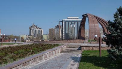 Безлюдная площадь Победы в Бишкеке, во время режима чрезвычайного положения из-за ситуации с коронавирусом