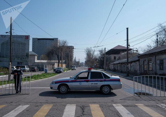 Сотрудник милиции на оцеплении карантинной зоны в Бишкеке. Архивное фото