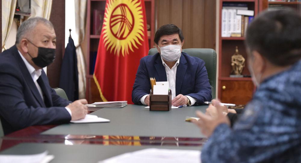 Премьер-министр Мухаммедкалый Абылгазиев во время совещания с комендантом Бишкека Алмазом Орозалиевым