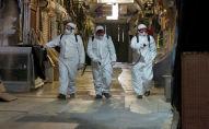 Рабочие в защитных костюмах распыляют дезинфицирующее средство на Гранд базаре, для предотвращения распространения коронавирусной болезни (COVID-19) в Стамбуле, Турция, 25 марта 2020 года