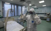 Медицинский работник в реанимационном отделении больницы