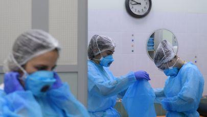 Медициналык лабораториянын кызматкери ишке даярданым жатат. Архив