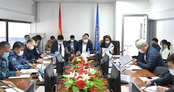 Первый вице-премьер-министр Кыргызской Республики Кубатбек Боронов провел заседание Республиканского оперативного штаба, в котором в онлайн режиме приняли участие полномочные представители Правительства Кыргызской Республики в областях.