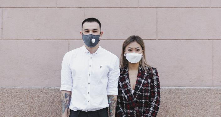 Бишкекчане Юлия и Искандер сыграли свадьбу на 35 человек в условиях чрезвычайного положения.