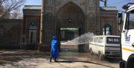 Сотрудник муниципального предприятия Тазалык дезинфицирует мечеть