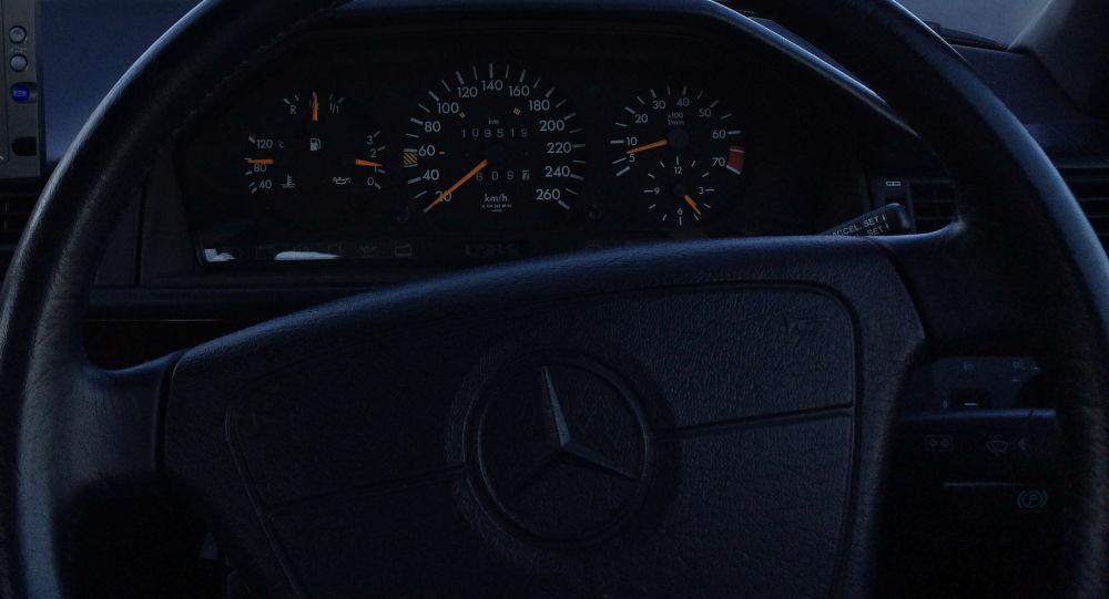 Руль автомобиля марки Mercedes Benz на трассе. Архивное фото