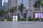 В небе над индонезийской столицей дроны распыляют специальные дезинфицирующие средства.