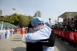 Местный медицинский работник обнимается и прощается с медицинским работником из Цзянсу на железнодорожной станции Ухань, когда медицинская команда из Цзянсу покидает Ухань, эпицентр вспышки коронавирусной болезни (COVID-19), в провинции Хубэй. Китай, 19 марта 2020 года