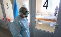 Врач в инфекционном отделении больницы. Архивное фото