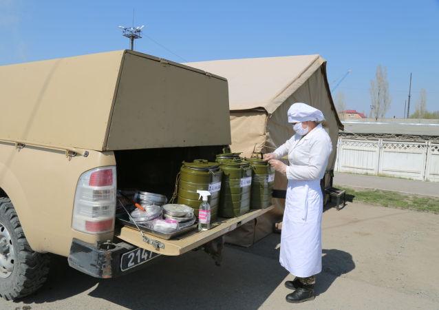 Еду развозят специальным транспортом и выдают на каждый блокпост. При этом соблюдаются все требования санитарных норм и правил.