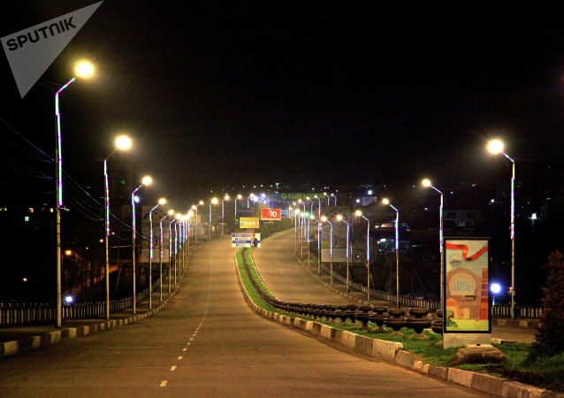 Вид на пустой мост во время комендантского часа в городе Ош из-за коронавируса