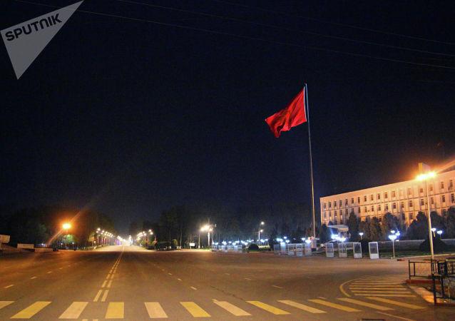 Вид на пустую центральную площадь Оша во время комендантского часа введенного в режиме ЧС в связи с коронавирусом