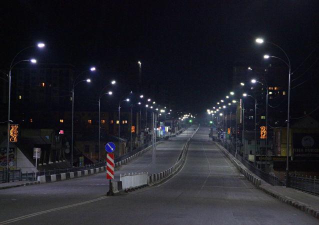 Пустая улица в городе Ош во время комендантского часа введенного в режиме ЧС в связи с коронавирусом