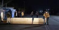 Сотрудник МВД патрулируют на блокпосту в городе Ош во время комендантского часа введенного в режиме ЧС в связи с коронавирусом. Архивное фото