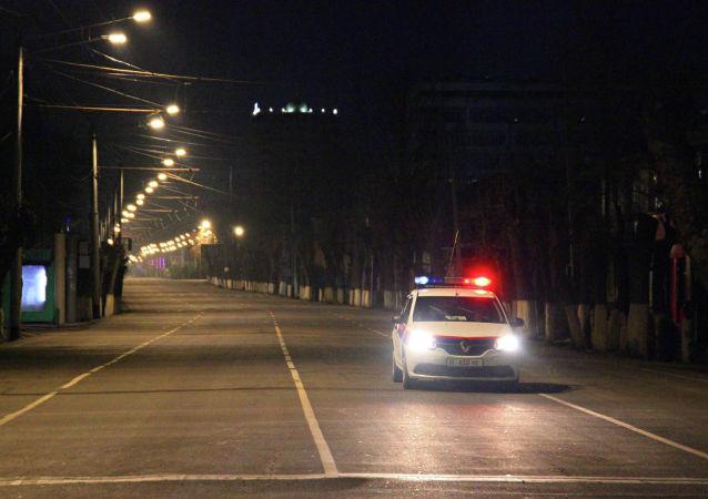 Автомобиль МВД патрулирует в городе Ош во время комендантского часа введенного в режиме ЧС в связи с коронавирусом