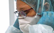 Врач медицинского центра перед началом исследования пациентов на коронавирус. Архивное фото