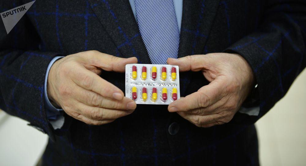 Коронавируска каршы дары кармаган киши. Архивдик сүрөт