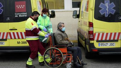Мадриддеги тез жардам кызматкерлери пациентти ооруканага жеткирүүдө. Архивдик сүрөт