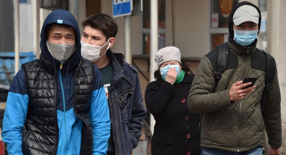 Люди в медицинских масках на одной из улиц Бишкека