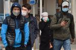 Люди в медицинских масках на одной из улиц Бишкеке, Кыргызстан. 26 марта 2020 года