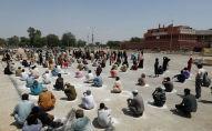 Люди в ожидании получения мешков с с продуктами в распределительном пункте в Пакистане. Архивное фото