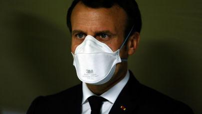 Президент Франции Эммануэль Макрон в медицинской маске