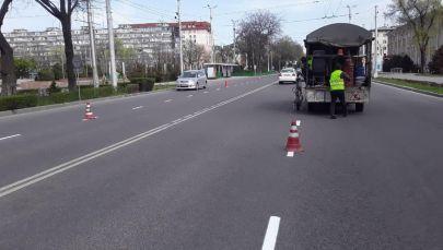 Сотрудники Бишкекасфальтсервиса обновляют разметку на улицах, пока из-за режима чрезвычайного положения в столице почти нет транспорта
