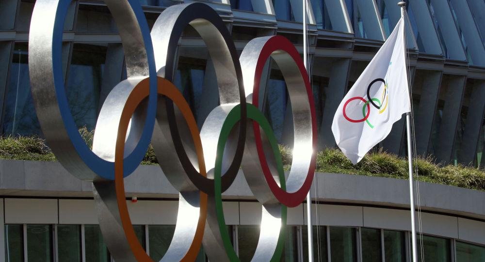 Олимпийские кольца и флаг. Архивноефото