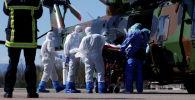 Пациент, инфицированный коронавирусной болезнью (COVID-19), перевозится на носилках на вертолет Caiman от французской армии во время операций по переброске из Страсбурга в Германию и Швейцарию, Франция, 30 марта 2020 г.