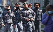 Сотрудники правоохранительных органов в масках на фоне опасений по поводу распространения коронавируса COVID-19, патрулируют на улицах Бишкека. Архивное фото