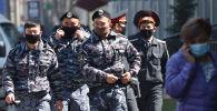 Сотрудники правоохранительных органов в масках в Бишкеке. Архивное фото