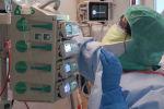Сотрудник медицинского персонала работает с пациентом, страдающий коронавирусной болезнью (COVID-19) в отделении интенсивной терапии в клинике MontLegia CHC в Льеже. Бельгия, 26 марта 2020 года